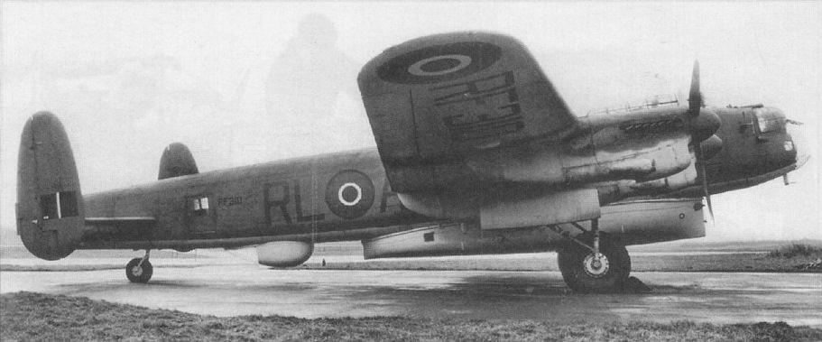"""Этот Lancaster ASR.Mk III (из 279-й эскадрильи) оснастили сбрасываемой спасательной лодкой  """"Канлифф-Оуэн """"."""
