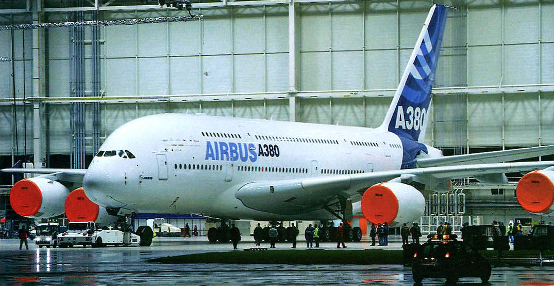 airbus a3xx Inicialmente foi chamado de airbus a3xx e projetado para desafiar o monopólio da boeing no mercado de grandes aeronaves o a380 fez seu primeiro voo em 27 de abril de 2005 e entrou em serviço comercial em outubro de 2007, com a singapore airlines.